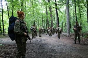 zajęcia z karabinami ASG w lesie - ``marsz ubezpieczony``