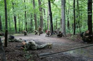 zajęcia z karabinami ASG w lesie - ``marsz ubezpieczony`` - zasadzka